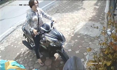 Truy tim nguoi phu nu dan canh, trom tien trong cua hang giay - Anh 3