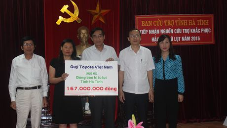 Toyota Viet Nam ho tro nguoi dan bi thiet hai vi mua lu - Anh 1
