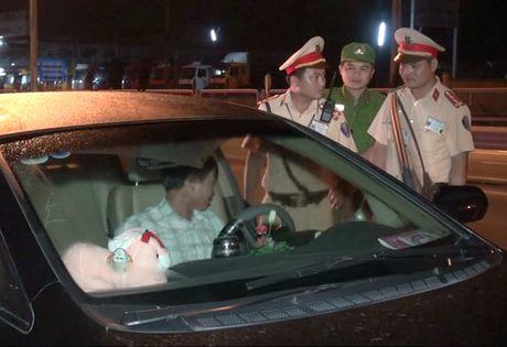 Tai xe say ruou doa cong an 'trong xe co bac ti, mat rang ma chiu' - Anh 2