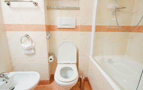 No trong toilet khach san, 4 khach nhap vien - Anh 1