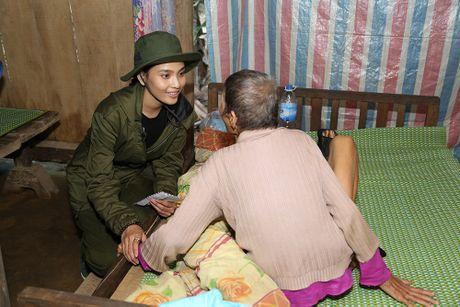 Nguyen Vu - Truong Thi May den vung lu tang qua nguoi ngheo - Anh 10