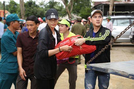 Nguyen Vu - Truong Thi May den vung lu tang qua nguoi ngheo - Anh 2