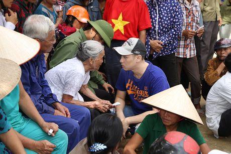Nguyen Vu - Truong Thi May den vung lu tang qua nguoi ngheo - Anh 6