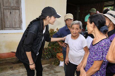 Nguyen Vu - Truong Thi May den vung lu tang qua nguoi ngheo - Anh 7