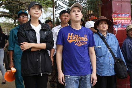 Nguyen Vu - Truong Thi May den vung lu tang qua nguoi ngheo - Anh 8
