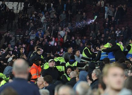 Au da du doi o tran West Ham – Chelsea, 200 co dong vien doi mat voi lenh cam - Anh 2