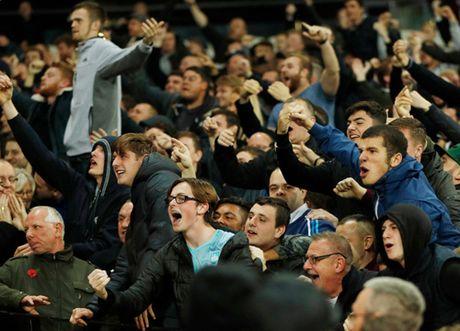 Au da du doi o tran West Ham – Chelsea, 200 co dong vien doi mat voi lenh cam - Anh 3
