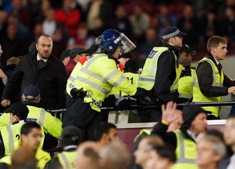 Au da du doi o tran West Ham – Chelsea, 200 co dong vien doi mat voi lenh cam - Anh 4