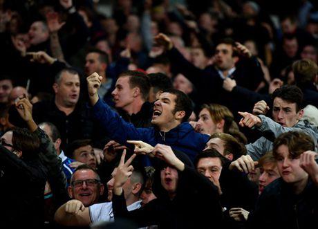 Au da du doi o tran West Ham – Chelsea, 200 co dong vien doi mat voi lenh cam - Anh 5