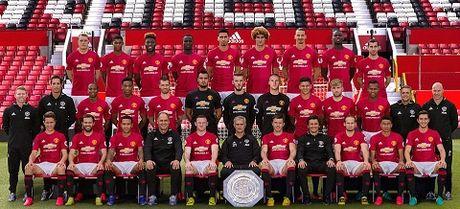 Man United bi 'nem da' vi khong cho Schweinsteiger chup anh cung toan doi - Anh 1