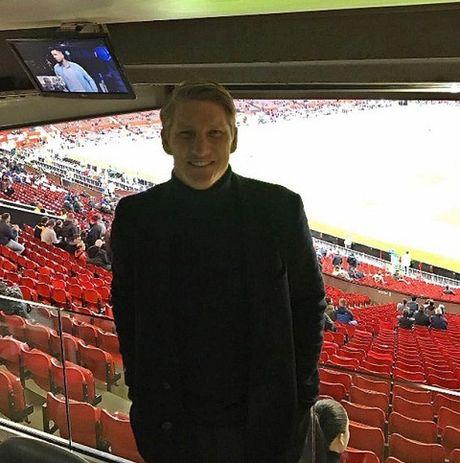 Man United bi 'nem da' vi khong cho Schweinsteiger chup anh cung toan doi - Anh 2