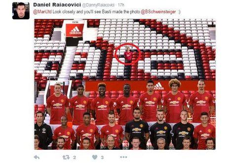 Man United bi 'nem da' vi khong cho Schweinsteiger chup anh cung toan doi - Anh 7