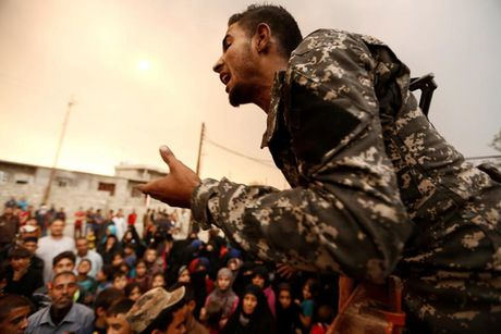 Am anh nhung anh mat tre ti nan Iraq chay tron bao luc o Mosul - Anh 13