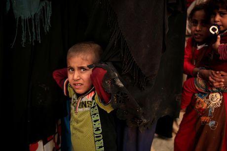 Am anh nhung anh mat tre ti nan Iraq chay tron bao luc o Mosul - Anh 16