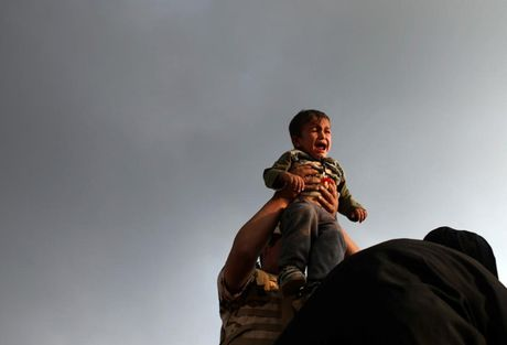 Am anh nhung anh mat tre ti nan Iraq chay tron bao luc o Mosul - Anh 2