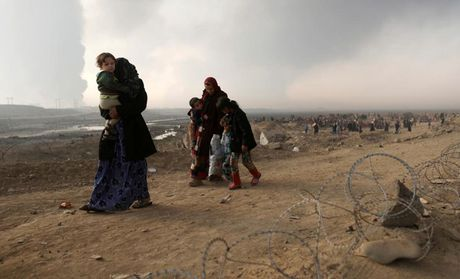 Am anh nhung anh mat tre ti nan Iraq chay tron bao luc o Mosul - Anh 7