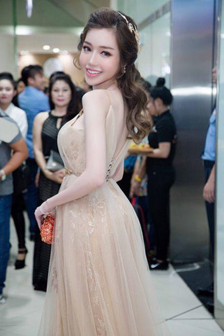 Elly Tran khoe duong cong goi cam trong vay da hoi - Anh 2