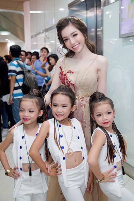 Elly Tran khoe duong cong goi cam trong vay da hoi - Anh 4