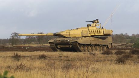 Sieu tang Duc Leopard 2A7+ lan dau tien toi dat Trung Dong - Anh 1