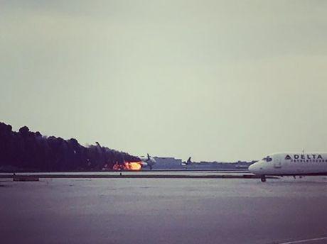 Khoanh khac may bay cho 170 nguoi chay ngun ngut tai san bay - Anh 3