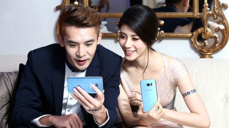 Samsung Galaxy S7 Edge mau Blue Coral chinh thuc ra mat - Anh 2