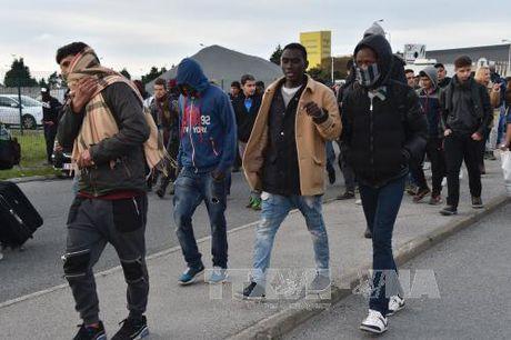 Hang nghin nguoi va vat o Paris sau khi 'rung ti nan' Calais bi 'xoa so' - Anh 1