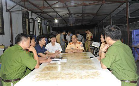 CSGT bat doi tuong van chuyen gan 300kg thuoc no - Anh 2