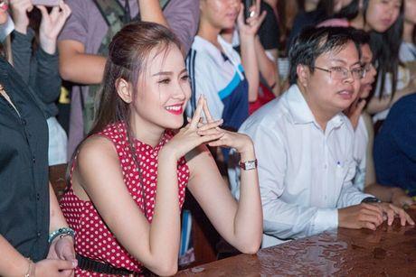 A quan The Face Khanh Ngan xinh dep khien sinh vien 'ban loan' tai su kien - Anh 6