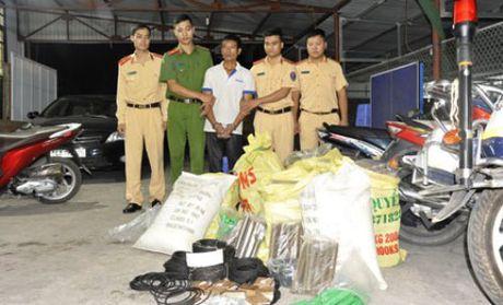 Canh sat bat nghi pham van chuyen gan 300 kg thuoc no - Anh 1