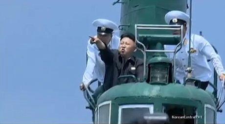 Nha lanh dao Kim Jong-un tro tai lai may bay, ban sung - Anh 1