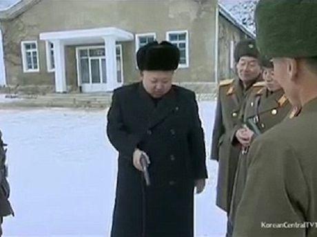 Nha lanh dao Kim Jong-un tro tai lai may bay, ban sung - Anh 2
