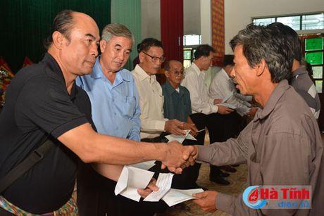 Hoi Dong huong Ha Tinh 7X tai Ha Noi trao qua cho nguoi dan vung lu - Anh 10