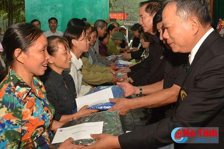 Hoi Dong huong Ha Tinh 7X tai Ha Noi trao qua cho nguoi dan vung lu - Anh 11