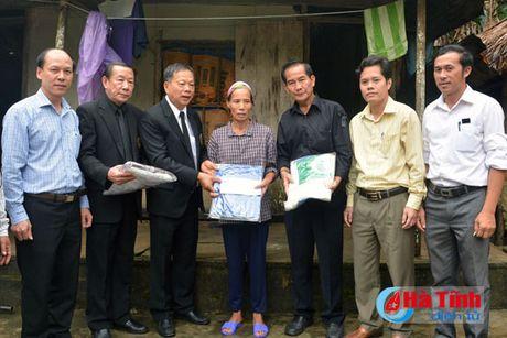 Hoi Dong huong Ha Tinh 7X tai Ha Noi trao qua cho nguoi dan vung lu - Anh 12