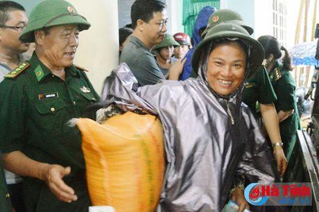 Hoi Dong huong Ha Tinh 7X tai Ha Noi trao qua cho nguoi dan vung lu - Anh 13