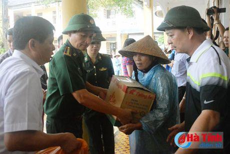 Hoi Dong huong Ha Tinh 7X tai Ha Noi trao qua cho nguoi dan vung lu - Anh 15