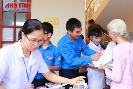 Hoi Dong huong Ha Tinh 7X tai Ha Noi trao qua cho nguoi dan vung lu - Anh 16