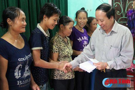 Hoi Dong huong Ha Tinh 7X tai Ha Noi trao qua cho nguoi dan vung lu - Anh 19