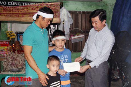 Hoi Dong huong Ha Tinh 7X tai Ha Noi trao qua cho nguoi dan vung lu - Anh 1
