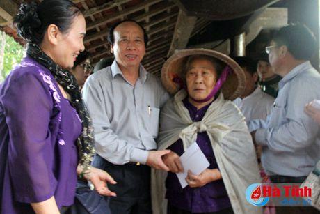 Hoi Dong huong Ha Tinh 7X tai Ha Noi trao qua cho nguoi dan vung lu - Anh 20