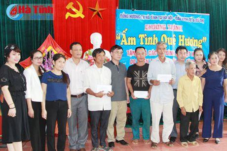 Hoi Dong huong Ha Tinh 7X tai Ha Noi trao qua cho nguoi dan vung lu - Anh 4