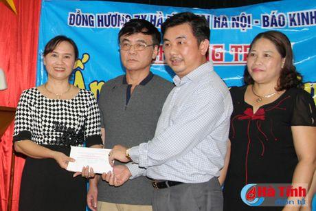 Hoi Dong huong Ha Tinh 7X tai Ha Noi trao qua cho nguoi dan vung lu - Anh 5