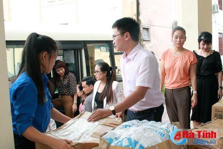 Hoi Dong huong Ha Tinh 7X tai Ha Noi trao qua cho nguoi dan vung lu - Anh 6