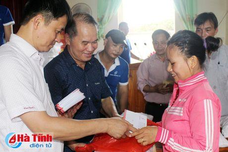 Hoi Dong huong Ha Tinh 7X tai Ha Noi trao qua cho nguoi dan vung lu - Anh 7