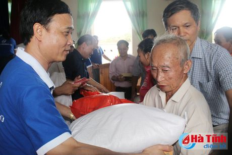 Hoi Dong huong Ha Tinh 7X tai Ha Noi trao qua cho nguoi dan vung lu - Anh 8