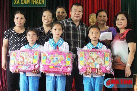 Hoi Dong huong Ha Tinh 7X tai Ha Noi trao qua cho nguoi dan vung lu - Anh 9