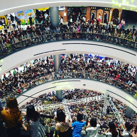 Hang ngan co gai tre phat cuong khi Noo Phuoc Thinh xuat hien tai Aeon Mall - Anh 1
