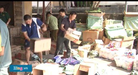 Lai xe ba gac cho hang lau rut dao dam canh sat - Anh 1