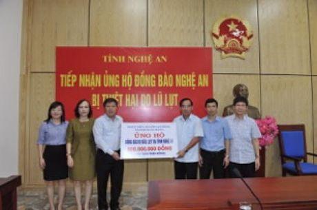 Cong doan NHVN trao 800 trieu dong ung ho nguoi dan vung lu - Anh 1