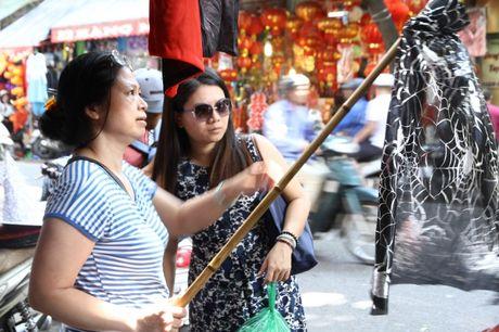 Nguoi dan hao huc mua sam trang phuc chuan bi cho le hoi Halloween 2016 - Anh 11